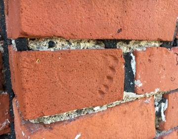 Jäljendiga kivi seinas
