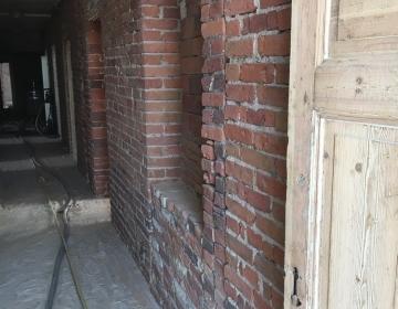 Klaasipuruga puhastatud punane tellis ja uksed